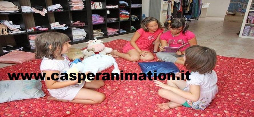 Pavia : bambine in vetrina (pigiama party) nella merceria Di.Vi.Ma in piazzale Crosione. Foto Milani